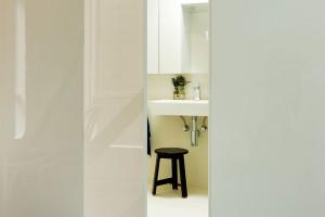 Koupelna se skrývá za sestavou několika bílých dveří aje zařízená ve stejně minimalistickém duchu jako ostatní prostory. FOTO Ben Hosking (techne.com.au)