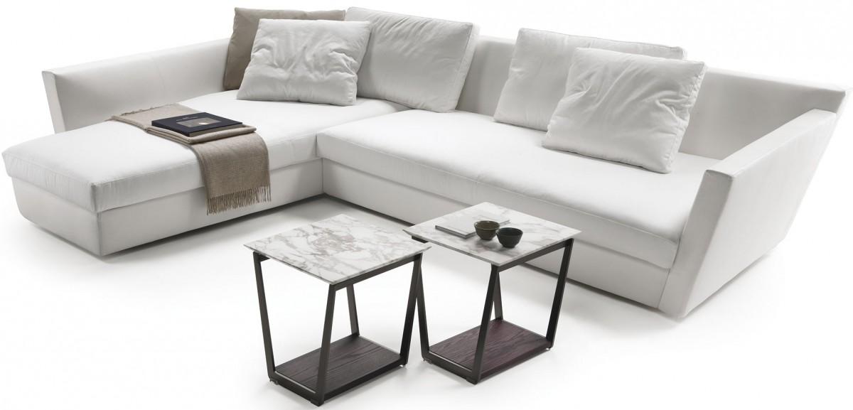 Tak přece jen bílá – architekt Daniel Libeskind zase tak často sproduktovým designem nekoketuje. Pro Flexform navrhl sofa snázvem Adagio – jako oslavu italského nábytkářského mistrovství, sedačku postavenou na dokonalém technickém provedení anáročných detailech. FOTO FLEXFORM