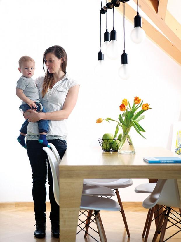 Třípokojový mezonetový byt, vněmž žije architektka Andrea se svým manželem asynem Ríšou, má rozlohu asi 100 m2. Patří kněmu iterasa svýměrou přibližně 15 m2, která nabízí pěkný výhled na Prahu. FOTO ROBERT ŽÁKOVIČ
