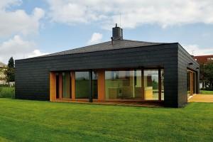 Kompaktní tvar domu odpovídá moderním zásadám nízkoenergetické výstavby, takovéto architektonicky čisté řešení navíc působí velmi nadčasově. FOTO ROMAN POLÁŠEK