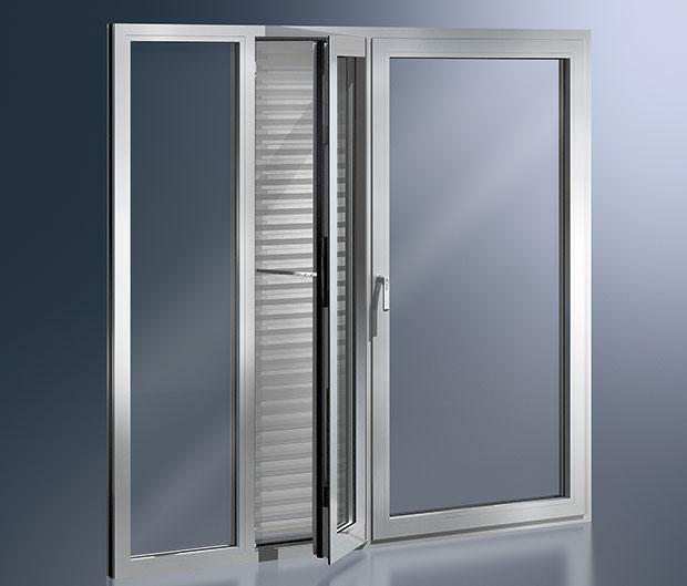 Elegantní iúsporný. Systém Schüco AWS 112 IC je prvním hliníkovým oknem, které odpovídá přísným kritériím pasívního domu (hodnota Uf = 0,8 W/m2.K). Mechatronické kování Schüco TipTronic zase umožňuje ovládat okna srůznými typy otevírání. FOTO Schüco