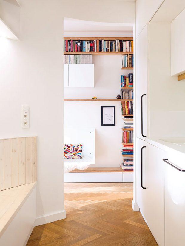 Kuchyň se nachází vtěsné blízkosti vstupních prostorů, což majitelé považují za velmi praktické. Pracovní desku vkuchyni aumyvadla architektka navrhla ztvárného anepropustného umělého kamene Corian. FOTO ALEKSANDRA VAJD