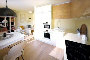 Kuchyňská linka následovala materiálovou paletu vobývacím pokoji, díky čemuž plynule zapadla do celkového interiérového konceptu. Napomohly tomu iplně zabudované spotřebiče.