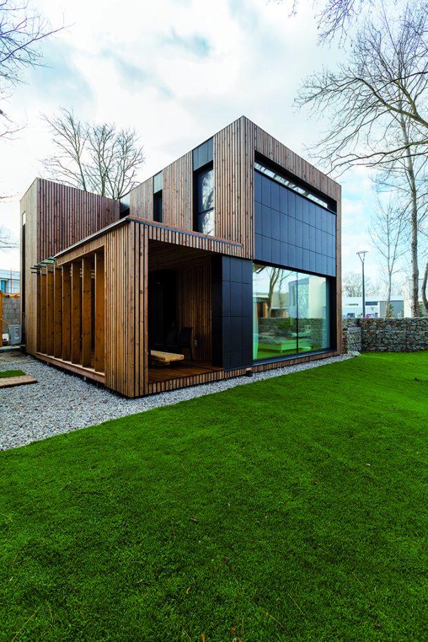 Fasádu tvoří provětrávaná, difuzně otevřená stěna s obkladem na dřevěném roštu. Pohledově je možné číst dva druhy obkladů – masivní dřevěný z modřínu nebo cementovláknité desky Cembrit.