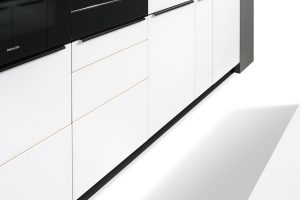Vněmeckém Team 7 kladou důraz na design ipraktičnost. Vkuchyni Linee nabízejí třeba tento zajímavý výsuvný pultík pod troubou. FOTO TEAM 7