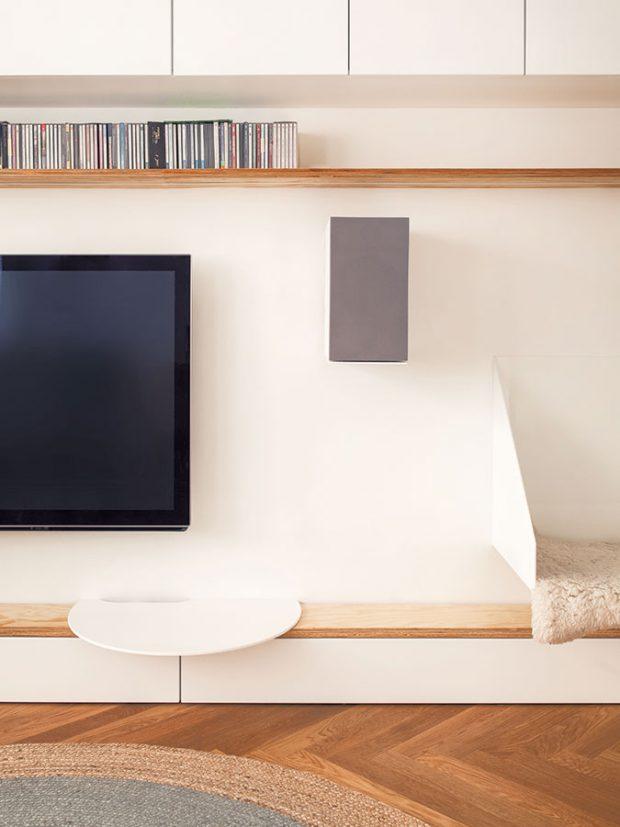 Vbytě se nachází velké množství nábytku vyrobeného na míru. Patří kněmu ipraktický úložný systém sknihovnou azabudovaná sedačka. FOTO ALEKSANDRA VAJD