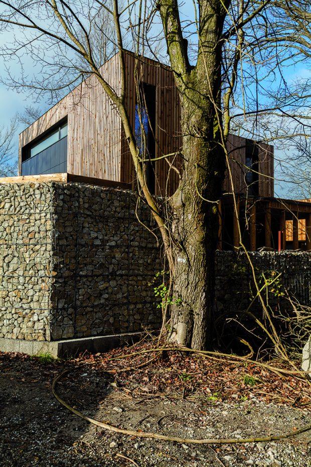 Hned za kamenným plotem začíná les, který majitelé oceňují pro klid, ale zároveň počítají s riziky, jež s sebou toto bydlení nese.