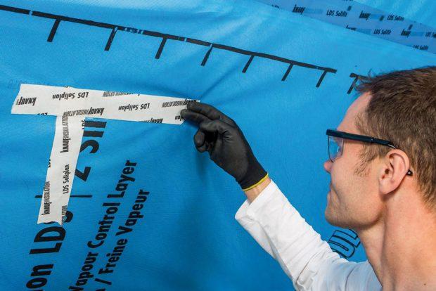 Vpřípadě poškození fólie je třeba trhliny také zalepit páskou. Foto Knauf Insulation
