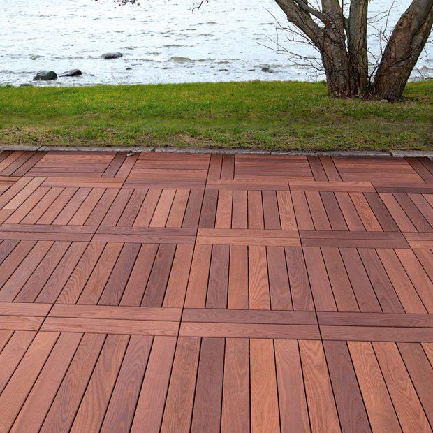 Dřevěná terasa má nezaměnitelný vzhled avůni, ale vyžaduje precizní výběr dřeva apravidelnou péči. Odolnost dřeva zvyšuje tepelné zpracování. FOTO Thermowood
