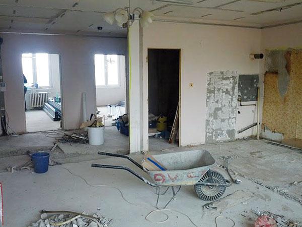 Od podlahy. Majitelé nechali byt postavit prakticky celý znova. Brali to jako pozitivum, protože jen díky tomu teď přesně odpovídá jejich potřebám.