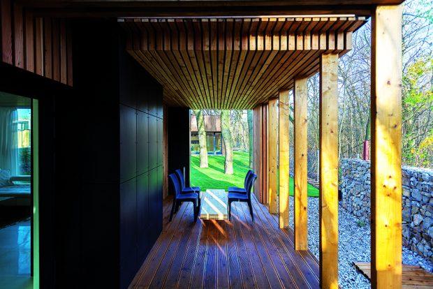 Terasa v přízemí je přístupná z obývacího pokoje spojeného s kuchyní. Povětrnostně je chráněna téměř ze tří stran, což zvyšuje i její míru soukromí.