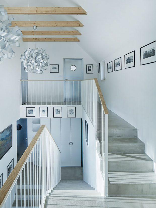 Velkoryse otevřený prostor se schodištěm prostupuje interiérem zpřízemí až ke krovům. Foto BoysPlayNice