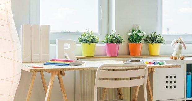 Hravým prvkem vdětském interiéru mohou být ivhodně zvolené květináče aobalové nádoby vživých barvách. FOTO ISIFA/SHUTTERSTOCK