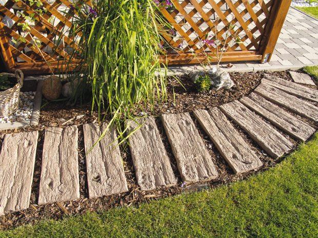 Zahradu efektně zkrášlí chodník znášlapných prvků se vzhledem syrového dřeva. FOTO Presbeton