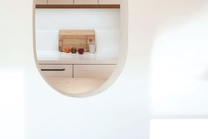 Do oválné stěny architektka navrhla další menší ovál, díky němuž lze při vaření komunikovat sosobami, které sedí za jídelním stolem. FOTO ALEKSANDRA VAJD