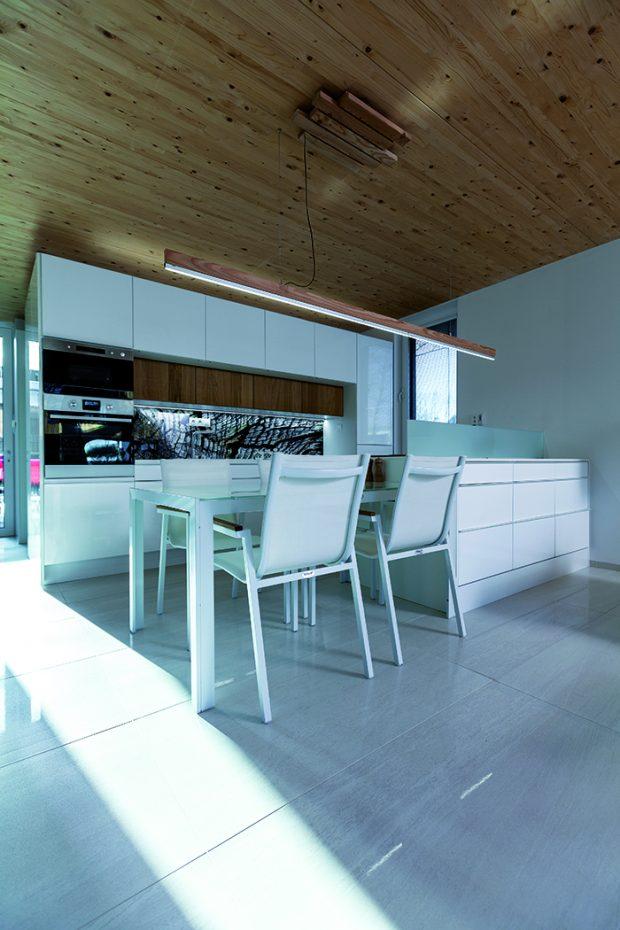 Materiály v interiéru jsou kombinací jednoduchého syrového dřeva a bílé barvy. Manželé nepotřebovali tuto jednoduchost potlačovat, dům se přece postupně zaplní sám.