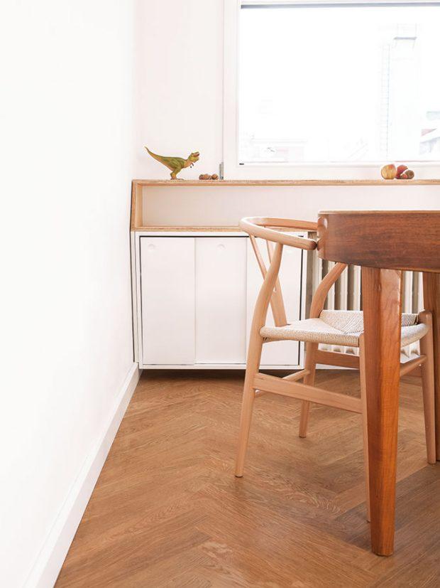 Vbytě se nachází několik repasovaných kousků nábytku asvítidel, které architektka ráda kombinuje smoderním zařízením. FOTO ALEKSANDRA VAJ