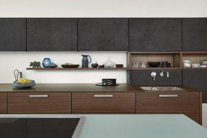 """VLeicht se úplně stírá rozdíl mezi kuchyní aobývacím pokojem. Dekory apovrchy, které byste čekali spíše ojednu místnost vedle, jsou zde použity vkontrastu se """"špinavým"""" procesem, který se vkuchyni obvykle odehrává. FOTO LEICHT"""