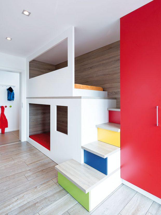 Dětský pokoj je hravý abarevný, jako celý byt. FOTO TOMÁŠ BRABEC