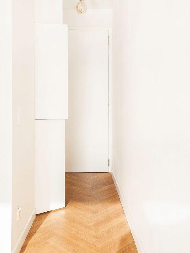 Prostor pro pračku vznikl na chodbě oddělující dětský pokoj od kuchyně ajídelny. Pračka je šikovně zabudována do stěny spolu skošem na prádlo. FOTO ALEKSANDRA VAJD
