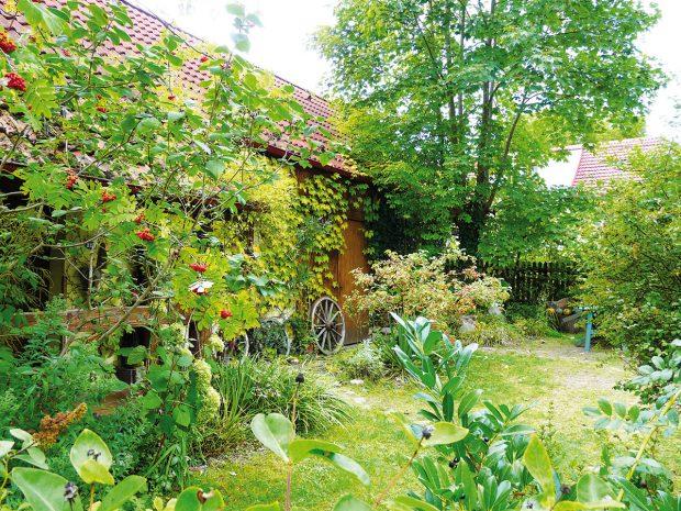 Pokud patříte mezi tvořivé kutily, vytvořte si zahradní dekorace, které kompozici dodají ten správný říz. Na zahradě rozhodně nesmí chybět ani artefakty každodenního venkovského života, kterých se někteří majitelé starých venkovských usedlostí rádi zbavují. FOTO LUCIE PAUKERTOVÁ