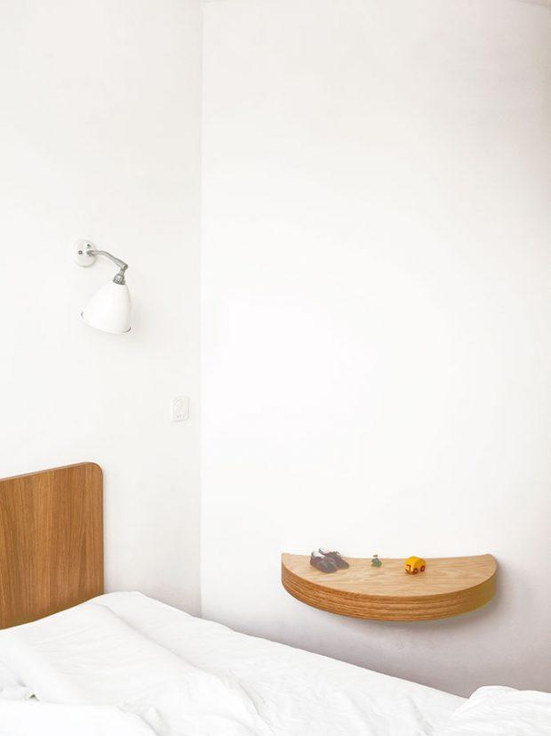 Atypickému tvaru stěny přizpůsobila architektka ijeden noční stolek vložnici rodičů. FOTO ALEKSANDRA VAJD