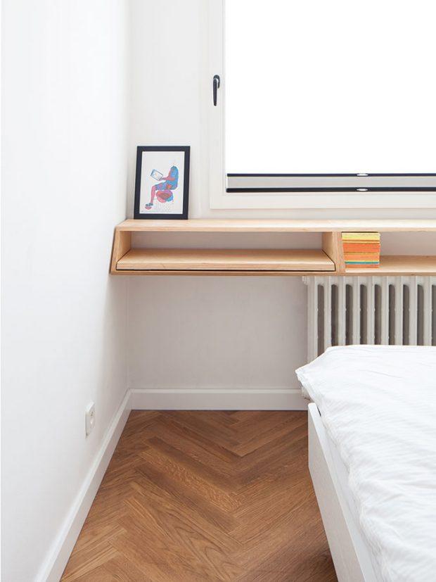 Volný prostor mezi oknem aradiátorem vyplňuje praktická police, která poslouží kodložení drobností ijako knihovna. FOTO ALEKSANDRA VAJD