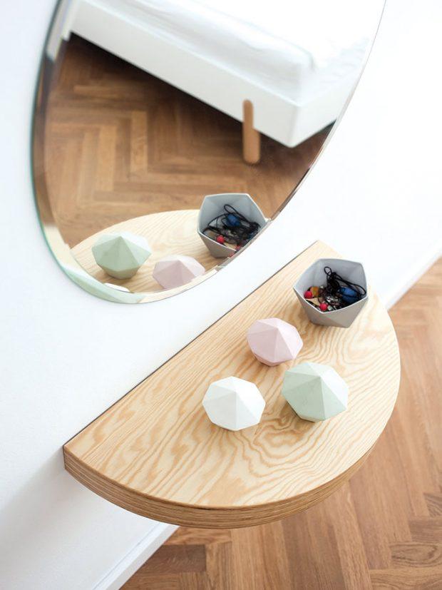 Motiv kruhu, resp. půlkruhu ve formě různých drobných detailů je přítomen vcelém interiéru. Patří knim inoční stolek vložnici. FOTO ALEKSANDRA VAJD
