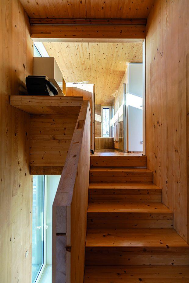 Pracovní kout vyplnil místo u schodiště, které by jinak bylo asi nevyužité. Navíc nezůstal v domě nevyužit skutečně ani centimetr.