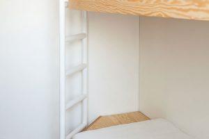 Na míru vyrobený nábytek včetně poschoďové postele vdětském pokoji kombinuje borovicovou překližku abílý lak. FOTO ALEKSANDRA VAJD