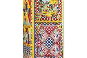 Kuchyňské umění nebo umění vkuchyni? Dolce & Gabbana navrhli pro SMEG limitovanou sérii 100 chladniček snázvem FAB 28. Jejich design se nese vduchu děl tradičního sicilského umění. FOTO SMEG