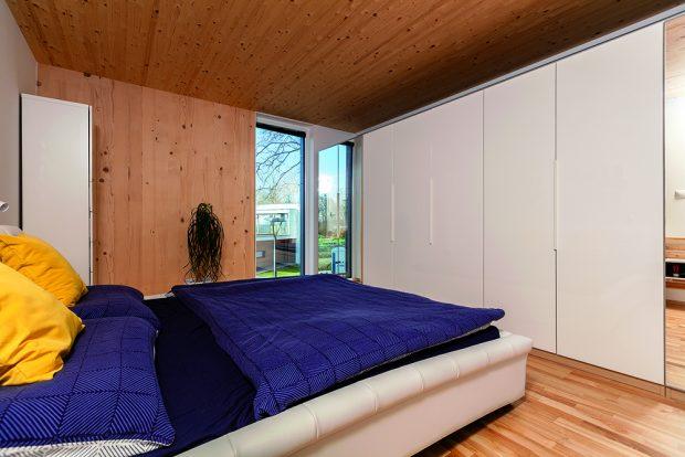 V ložnici by se dala očekávat prosklená stěna do společné zahrady. Manželé však dali přednost většímu soukromí a úložným prostorům.