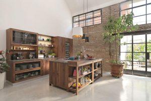 Kuchyňský koncept Bologna od Team 7 sází na dřevo vpřírodním dekoru vkombinaci se zlatými doplňky. FOTO TEAM 7