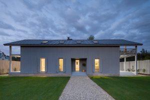 Architekt postavil jednoduchý dřevodům pro svou rodinu