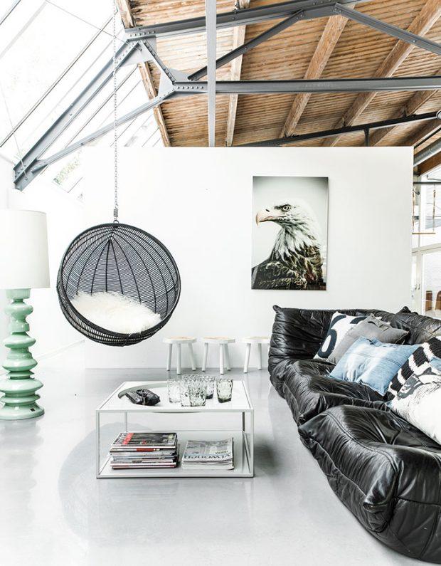 Výrazný prvek, například v podobě křesla visícího ze stropu, vhodně doplní i úplně obyčejnou sedačku. Vždyť houpání není jen pro děti. Křeslo značky HK Living je dostupné na www dktliving.sk.