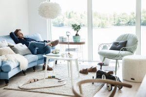 Kombinace různých sezení je snad nejjednodušší cesta ke vkusnému obývacímu pokoji. Místo fádní sestavy sedačky a křesla z jedné série sáhněte raději po výraznějším kousku, kterým oživíte praktické a pohodlné sofa. (FOTO SHEPHERD OF SWEDEN)