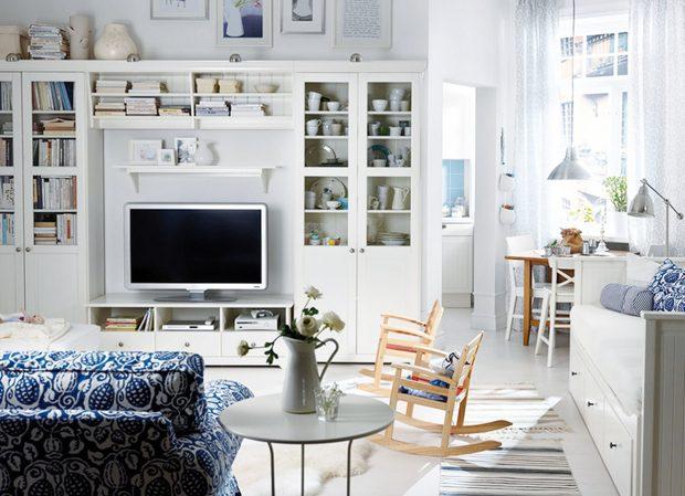 Kombinace vitrín a skříněk ve stylu vintage pomohou vytvořit jakousi novodobou kulisu pro obrazovku, která jako jediná zůstane viditelná. Sestava Liatorp značky IKEA je dostupná v univerzální bílé barvě. FOTO IKEA