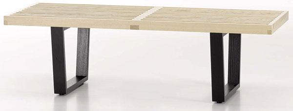 Při troše představivosti je možné klasický stolek nahradit jiným typem nábytku. Tak například dřevěná lavice značky Vitra má předpoklady stát se suverénním konferenčním stolem. Dostupná je na www.designpropaganda.cz.