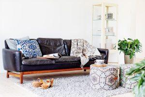 """Taburet v kombinaci s podnosem je volbou pro ty, kteří chtějí docílit útulného a hřejivého interiéru. Výhodou tohoto """"stolku"""" je i možnost výběru pestřejších textilií. Produkty značky HOUSE OF RYM nabízí www.bellarose.cz."""