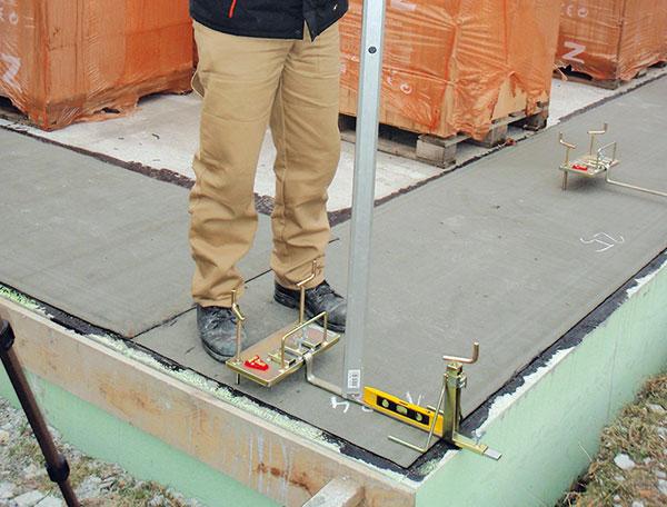 2. Tloušťka zakládací malty Přesná tloušťka maltového lůžka se určí pomocí nivelizační soupravy, která sestává zedvou nastavitelných lišt. Na jejich nastavení se použije nivelační přístroj alať. FOTO Heluz