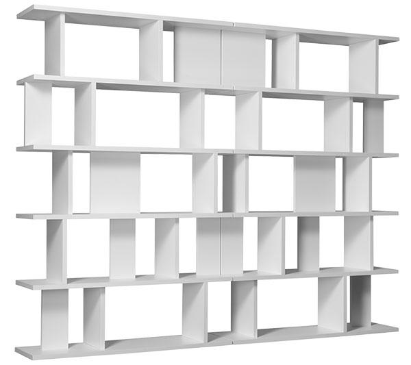 Knihovna SH05 od Arika Levyho nezklame ani po letech (navržena byla vroce 2008). Zde ve své plné kráse, čekající na první odloženou knížku. Její nespornou výhodou je, že je hezká inezaplněná. FOTO E15
