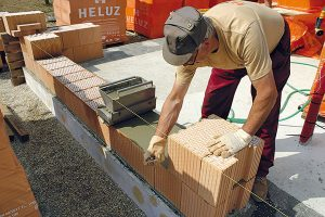 9. Převázání zdiva Cihly se kladou spřevazbou na polovinu délky bloku, minimálně však 100 mm. Na místě, kde se nedá uložit celá cihla, se používá dořez apřemaltování. Šířka styčné spáry by měla být ≤ 5 mm. FOTO Heluz