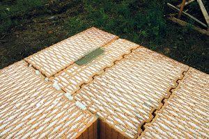10. Vyplnění kapsy Kapsa vpoloviční krajové cihle se vyplní tepelněizolační maltou nebo extrudovaným polystyrenem. FOTO Heluz