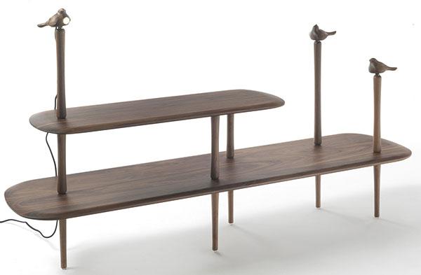 Vořechovém dřevě vyrobila firma Porada tento regál – hnízdo, ideální jako odkládací prvek kchaise longue či oblíbenému křeslu ve vašem čtecím koutku. FOTO PORADA