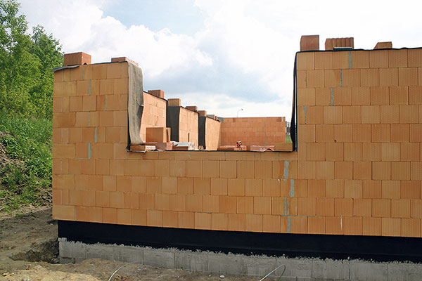 11. Ochrana Po dokončení každé etapy zdění je potřebné již zrealizované zdivo chránit proti povětrnostním vlivům, především dešti, nepromokavým materiálem. FOTO Heluz