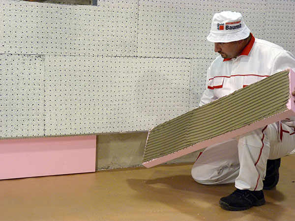 Extrudovaný polystyren (XPS) lze bezpečně použít voblastech se zvýšenou vlhkostí asodstřikující vodou, jako jsou například sokly, lodžie, terasy abalkony.