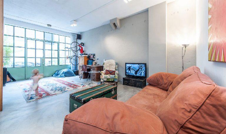 Jak se dá chladná garáž přeměnit na útulné rodinné bydlení