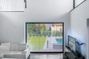 """Přes velkoformátová okna v""""bezrámovém"""" řešení pronikají do šedého interiéru kromě světla inejrozličnější barvy vnějšího světa. FOTO Tomáš Vejrosta, Inoutic"""