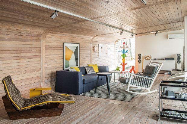 Zajímavým solitérem obývacího pokoje je textilem vypletená chaise longue skovovým rámem apodstavcem smasivu. Sní koresponduje žlutý kovový stoleček. Obojí má na svědomí známá španělská designérka Patricia Urqiuola. Nicméně za zmínku stojí prakticky každý zdejší kus nábytku – například nenápadné houpací křeslo je značky Gervasoni. FOTO ARCHIV STUDIO SAD, PORT X, ONDŘEJ PÝCHA