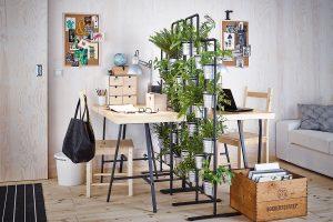 Zajímavou možností předělení pracovní zóny může být stojan na květiny tvořený několika menšími květináči. FOTO IKEA